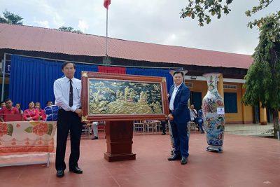 Tổng giám đốc tập đoàn Như Ý Việt Nam lần thứ 2 về trường THCS Nguyễn Huệ làm thiện nguyện.