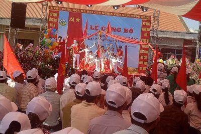 Tiết mục múa của giao viên trường THCS Nguễn Huệ chào mừng xã EaM'nang đạt chuẩn nông thôn mơi
