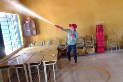 Trường THCS Nguyễn Huệ ra quân lau chùi bàn ghế, phòng học diệt khuẩn phòng chống dịch Corona