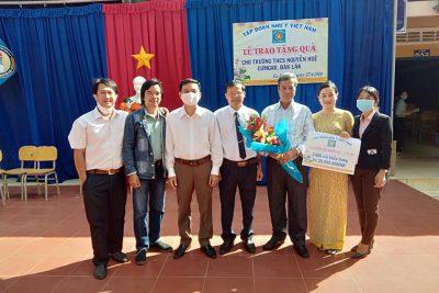 Lễ trao nhận quà của tập đoàn Như Ý việt Nam cho Trường THCS Nguyễn Huệ