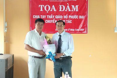 Chi bộ trường THCS Nguyễn Huệ tọa đàm chia tay thầy giáo Hồ Phước Đại Phó bí thư chi bộ, phó hiệu trưởng nhà trường chuyễn công tác