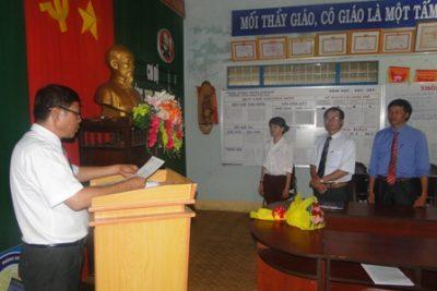 Chi bộ trường THCS Nguyễn Huệ kết nạp đảng viên mới