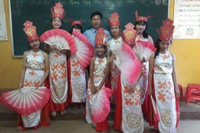 Liên đội trường THCS Nguyễn Huệ biểu diễn văn nghệ chao mừng 35 năm ngày hiến chương các nhà giáo Việt nam
